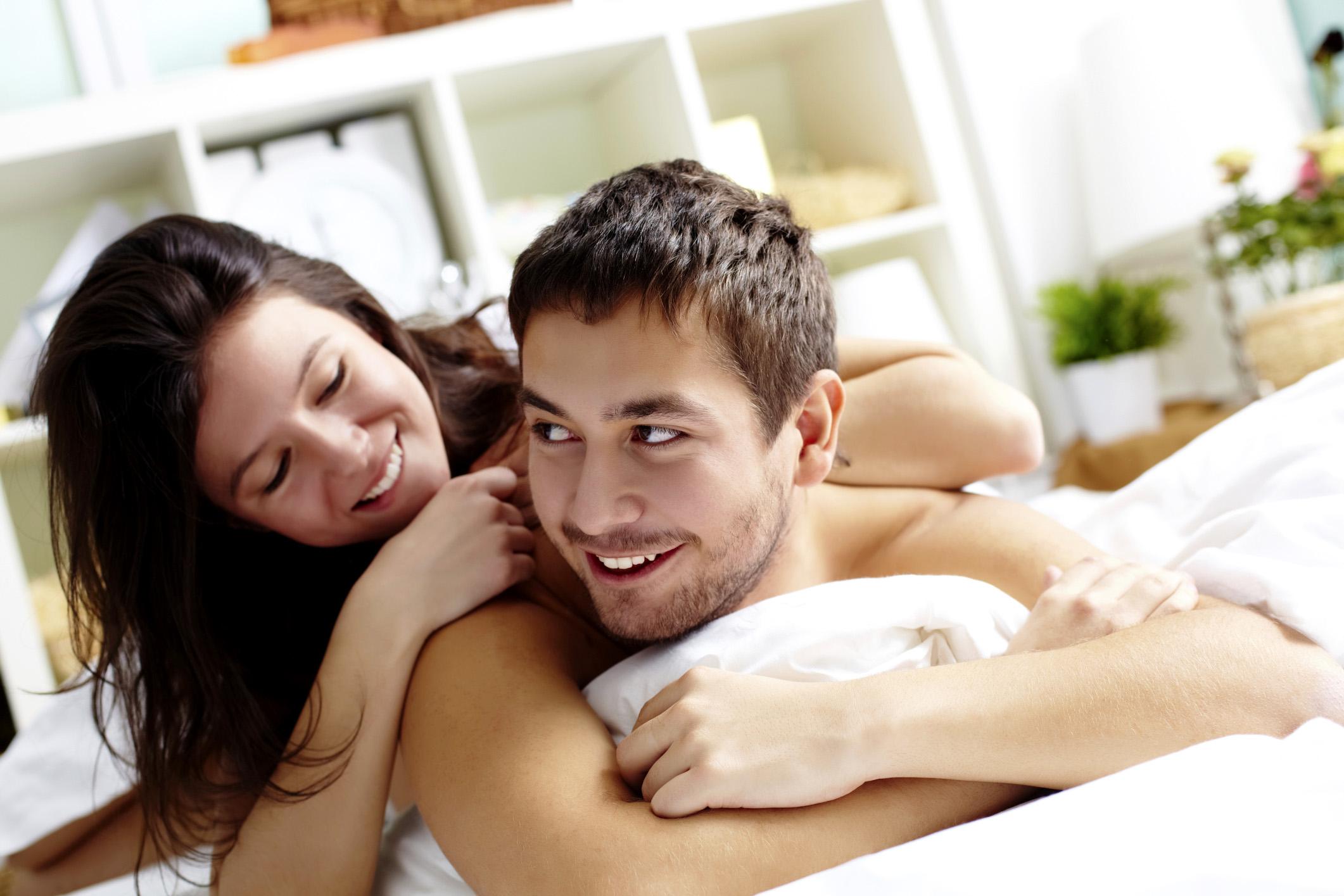 как девушка с парнем в постели что происходит внутри